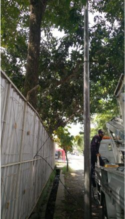 Memperbaiki kabel PJU yang Putus di Pondok Pesantren An-Nawawi Berjan