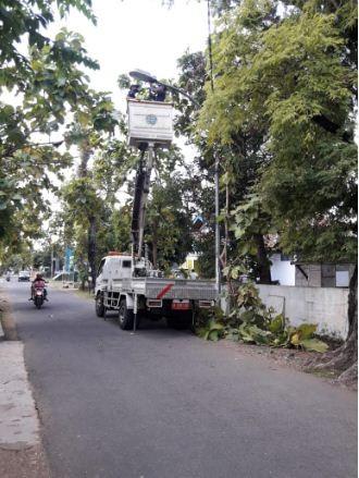 Siang Hari Para Petugas Dishub Perbaiki Lampu PJU di Depan Koramil Purworejo