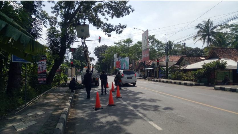 DISHUB Purworejo Melakukan Rabas Ranting Pohon di Pertigaan Donbosko Purworejo
